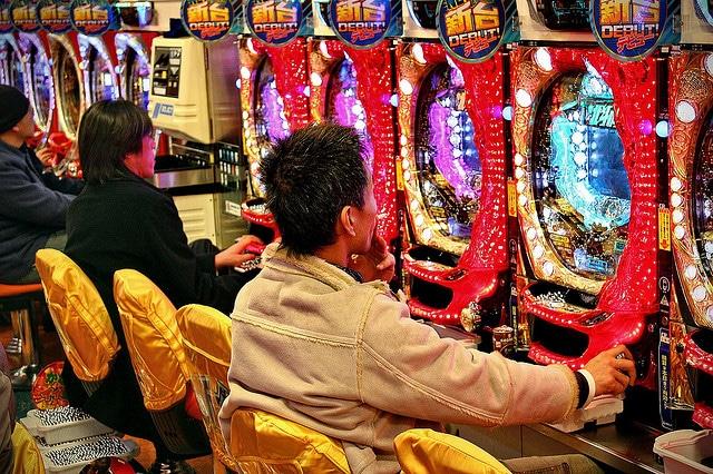 joueurs jouant au pachinko dans une salle